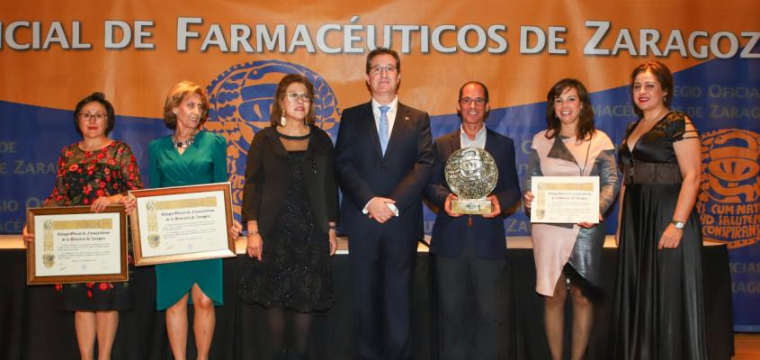 """El presidente del Colegio de Farmacéuticos de Zaragoza apela a la """"colaboración interprofesional por el bien del paciente"""" en el Día del Colegiado. La consejera de Sanidad entregó los premios a los farmacéuticos galardonados."""